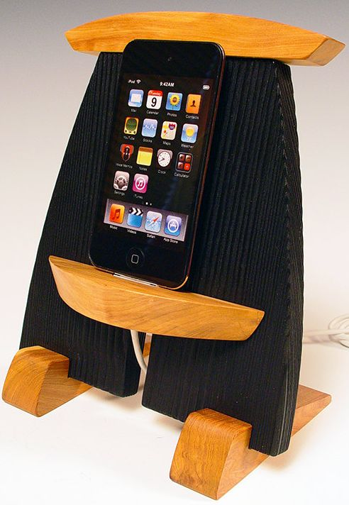 Wooden iPod and iPhone dock