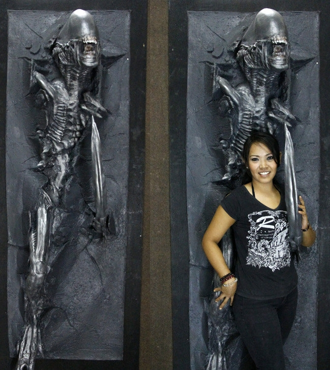 7 feet Alien Warrior Wallbursting Prop