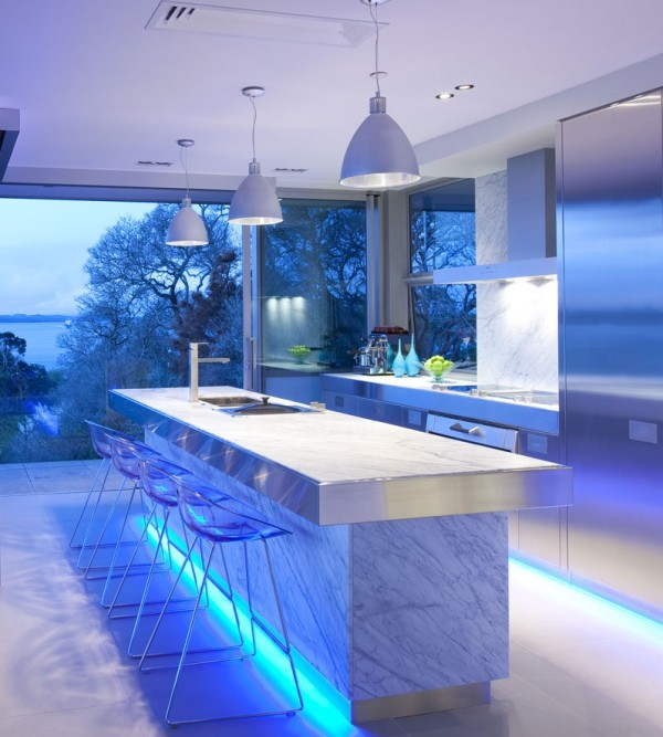 blue-highlighted-modern-kitchen-600x667